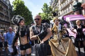 1435432590-people-celebrate-gay-pride-2015-in-the-streets-of-paris_7958808