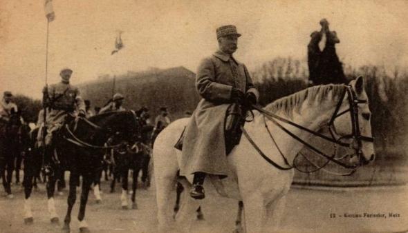 Le Maréchal de France sur son cheval blanc, lors de la libération de Metz