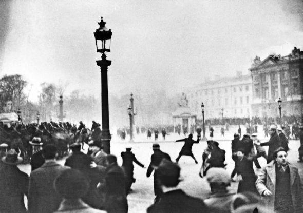 617594-sur-la-place-de-la-concorde-le-6-fevrier-1934